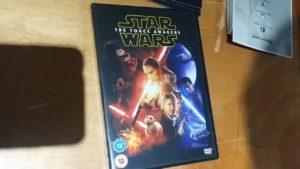 Phoenix-James-autographs-a-Star-Wars-The-Force-Awakens-DVD